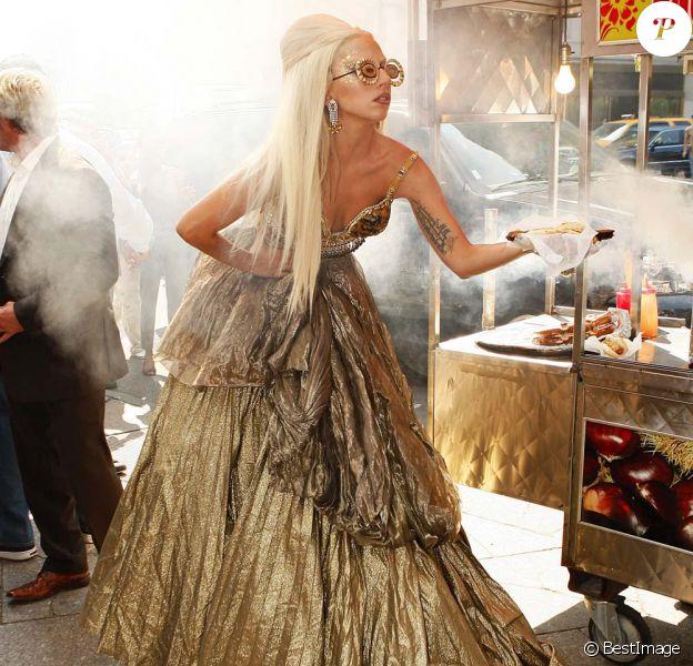Lady Gaga immortalisée par Annie Leibovitz dans les rues de New York pour le magazine Vanity Fair, le 12 septembre 2011.