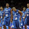 Nicolas Batum, Boris Diaw, Tony Parker, Mickaël Gelabale et Joakim Noah ont la tête basse après leur défaite en finale des championnats d'Europe de basket le 18 septembre 2011