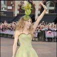 Même si elle a voulu rendre hommage à la couronne anglaise avec un chapeau original, Sarah Jessica Parker aurait dû s'abstenir ! Trop haut, trop fleuri, trop kitch... Elle fait de la concurrence à la duchesse Beatrice d'York qui avait fait un bide lors du mariage de son cousin le prince William le 29 avril dernier. Londres, 12 mai 2008
