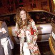 A trop vouloir jouer les fashionistas aux quatre coins du monde, Sarah Jessica Parker détonne. Surtout avec ce manteau fleuri... Paris, 13 janvier 2004