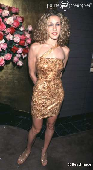 Une coiffure de lionne, une robe imitation peau de serpent... Sarah Jessica Parker opte pour le look savage ! Enorme fashion faux pas... 17 novembre 1997