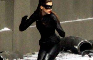 Anne Hathaway s'affiche féline et sexy en Catwoman face à l'imposant Batman