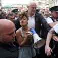 Rihanna harrange la foule à Belfast sur le tournage de son nouveau clip We Found Love, le 27 septembre 2011