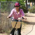 Vanessa Hudgens rentre de sa séance de yoga à vélo, mercredi 28 septembre, à Los Angeles.