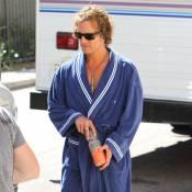 Matthew McConaughey en peignoir devant la sexy Riley Keough, toute rose