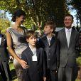 Le baron Edouard de Rotschild en famille, avec Irene Salvador et ses fils David et Ferdinand, lors de l'édition 2011 du Prix de l'Arc de Triomphe, dimanche 2 octobre, qui a vu le sacre inattendu de la pouliche allemande Danedream, auteure du nouveau record de l'épreuve.