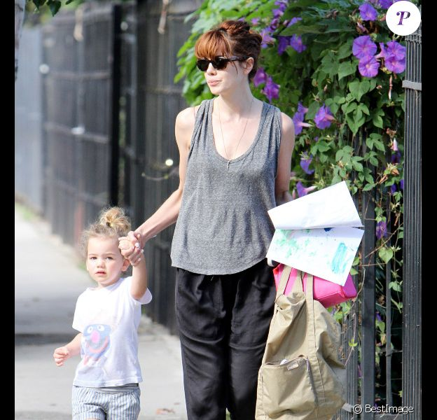 Michelle Monaghan et sa fille Willow, 2 ans et demi, à la sortie de la crèche, à Los Angeles, le 3 octobre 2011