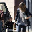 Jessica Alba de sortie avec sa fille, sa maman, et la petite Haven cachée dans sa poussette le 6 octobre à Los Angeles