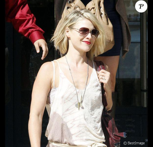 Ali Larter se promène avec une amie dans les rues de Los Angeles le 7 octobre 2011