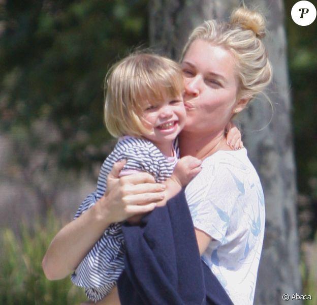 Rebecca Romijn redouble d'affection pour sa fille, à Los Angeles, le 26 septembre 2011.