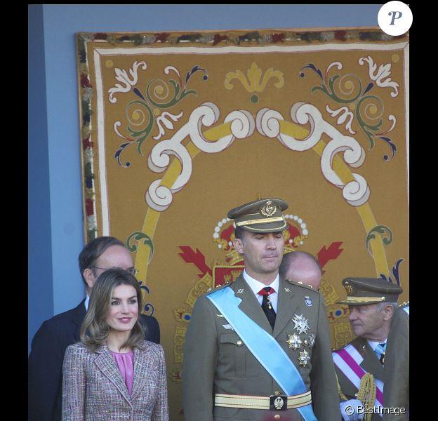 Le prince Felipe et Letizia d'Espagne concentrés lors du défilé. Toute la famille royale espagnole était réunie pour la fête nationale espagnole, le 12 octobre 2011, à Madrid.