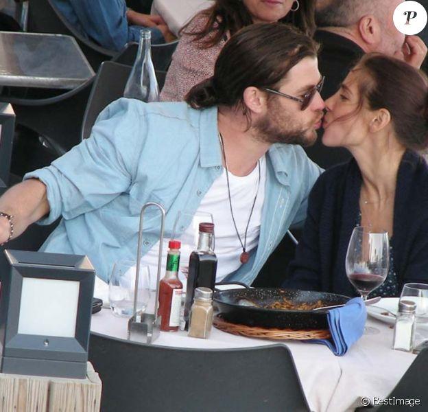 Elsa Pataky et Chris Hemsworth partagent un petit bisou, à Barcelone, le 16 octobre 2011.