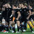 Les All Blacks, emmenée par Piri Weepu réalise leur fameux Haka  lors de la Coupe du monde de rugby remportée 8-7 face aux Français le 23 octobre 2011 à Auckland