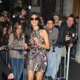 Souriante, Nicole Scherzinger s'est laissée aller à quelques autographes et photos avec ses fans. Londres, le 28 octobre 2011.