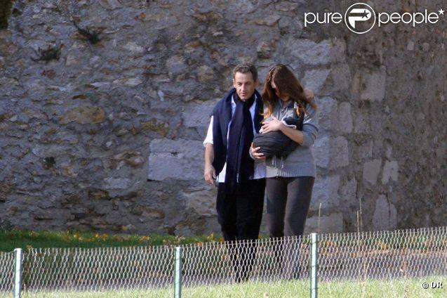 Nicolas et Carla Sarkozy et leur petite Giulia à La Lanterne, le 31 octobre 2011