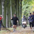 Nicolas Sarkozy rencontre une fan en faisant son jogging dans les allées du château de Versailles, le 30 octobre 2011
