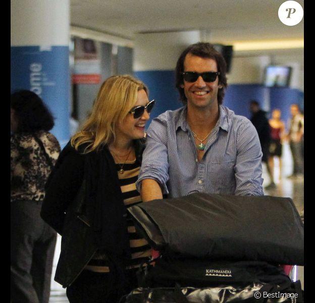 Kate Winslet et Ned Rocknroll à l'aéroport de San Francisco le 14 octobre 2011