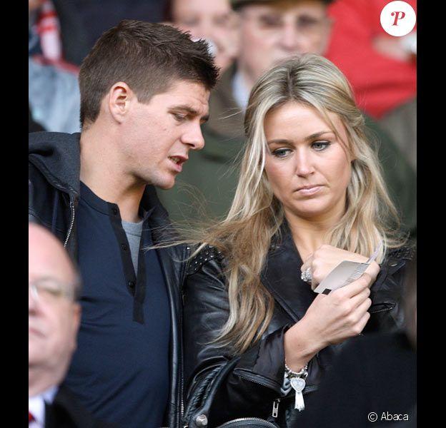 Steven Gerrard et sa femme Alex assistent à un match à Liverpool en octobre 2009