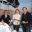 Alexandra Lamy encadré du couple Dominique Wavre et Michèle Paret, skippers du monocoque Mirabaud dont elle est la marraine au port du Havre le 29 octobre 2011