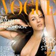 L'actrice Elizabeth Hurley, lumineuse et sexy dans une robe noire ouverte sur la poitrine, en couverture de Vogue UK. Novembre 2000.