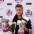 Justin Bieber pose avec ses trophées dans la press room des MTV Europe Music Awards, à Belfast, le 6 novembre 2011.