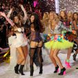 Les mannequins rassemblés sur le podium lors du final. New York, le 9 novembre 2011.