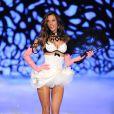 Alessandra Ambrosio, éventail à la main, défile avec grâce pour le compte de Victoria's Secret. New York, le 9 novembre 2011.