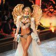 Candice Swanepoel, ange aux ailes dorés pour le défilé Victoria's Secret. New York, le 9 novembre 2011.