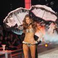 Izabel Goulart, sur le podium de Victoria's Secret. New York, le 9 novembre 2011.