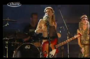 Courtney Love dévoile sa poitrine en plein concert, toujours plus provocante