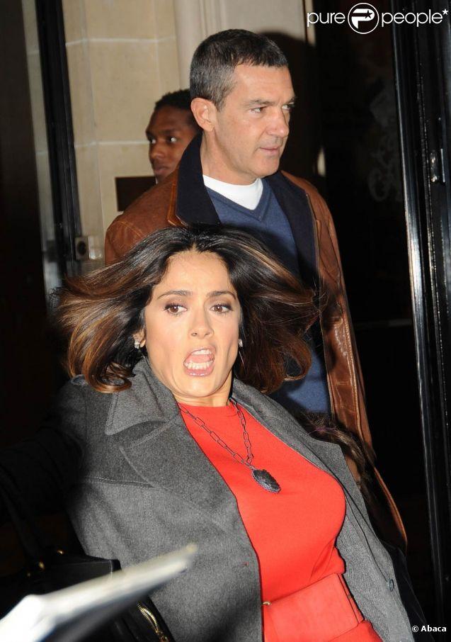 Salma Hayek en pleine chute lorsqu'elle sort de son hôtel parisien en compagnie de Valentina et d'Antonio Banderas, le dimanche 20 novembre 2011.