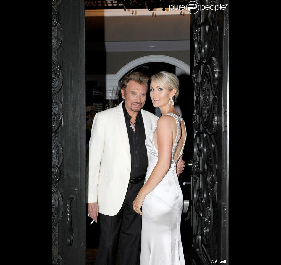 johnny et laeticia los angeles devant leur villa purepeople. Black Bedroom Furniture Sets. Home Design Ideas