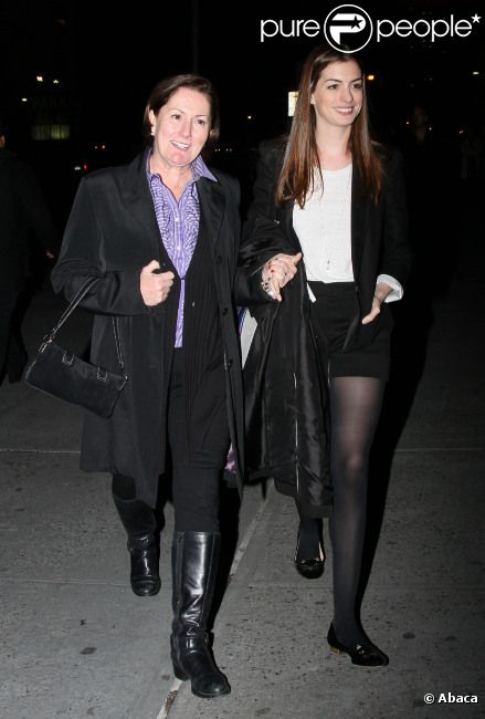 Anne Hathaway et sa maman Kate se balladent à New York, le 21 novembre 2011