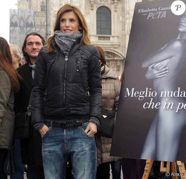 Elisabetta Canalis dans les rues de Milan pose avec sa photo en noir et blanc pour PeTA. Le 28 novembre 2011
