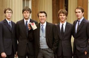 Bryan Ferry décoré par Elizabeth II  sous les yeux de ses quatre fils