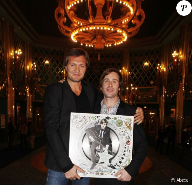 Thomas Dutronc reçoit un disque de platine pour son deuxième album Silence, On tourne, on tourne en rond, des mains d'Olivier Nusse patron du label Mercury, aux Folies Bergères à Paris le 15 novembre 2011