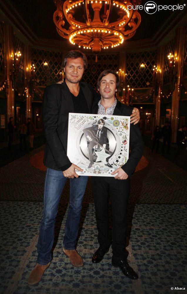 Thomas Dutronc reçoit un disque de platine pour son deuxième album  Silence, On tourne, on tourne en rond , des mains d'Olivier Nusse patron du label Mercury, aux Folies Bergères à Paris le 15 novembre 2011