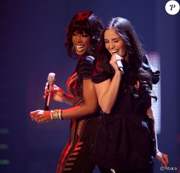 Kelly Rowland et Mel C très complices sur le plateau de X-Factor à Cologne, en Allemagne le 6 décembre 2011