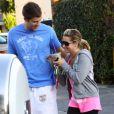 Ashley Tisdale, folle amoureuse de son chéri Scott Speer, le 27 novembre 2011 à Los Angeles.