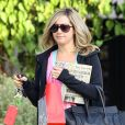 Ashley Tisdale sort de son salon de coiffure préféré, Andy Lecompte, à Los Angeles, le vendredi 9 décembre 2011.