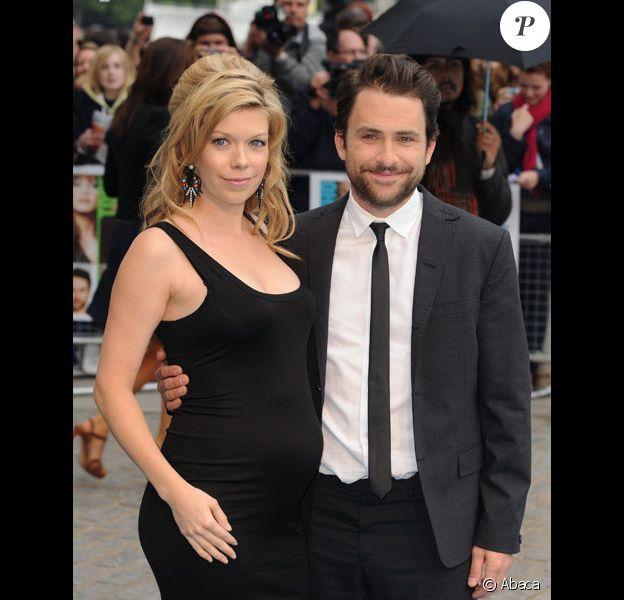 Charlie Day et sa femme Mary Elizabeth Ellis posent lors de la première de Comment tuer son boss à Londres en juillet 2011.