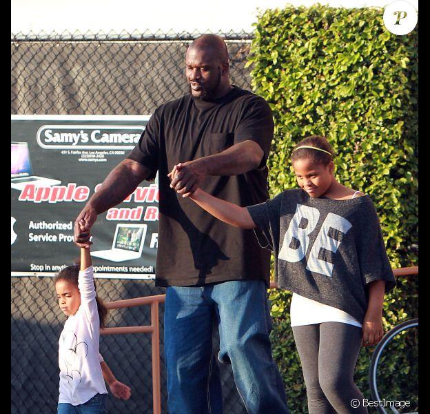 Shaquille O'Neal est de sorti avec ses enfants pour préparer Noël le 21 décembre 2011 à West Hollywood