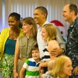 Barack et Michelle Obama visitant une base de la marine nationale le 25 décembre 2011 à Hawaï : de beaux souvenirs pour les militaires et le couple présidentiel