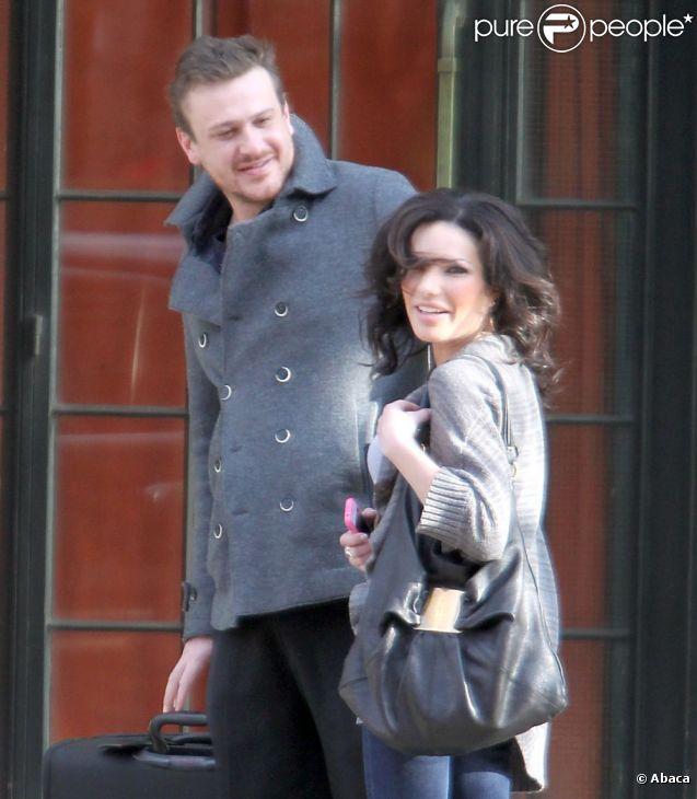 Un couple soudé, Jason Segel et une belle inconnue, à New York le 2 janvier 2012