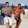 Craig David s'entraîne en compagnie de son coach, sur une plage de Miami, le 7 janvier 2012.