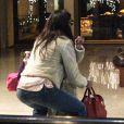 Katie Holmes, obligée de prendre sa fille dans les bras, à New York, le samedi 14 janvier 2011.