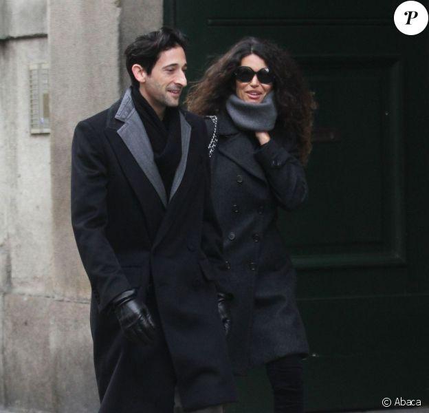 Adrien Brody et Afef Jnifen discutent dans la rue à Milan le 19 janvier 2012