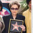 Etta James recevait son étoile sur Hollywood Boulevard, le 18 avril 2003.   Etta James, diva de l'âge d'or de Chess Records qui a traversé les époques et les styles, est morte le 20 janvier 2012 à 73 ans, succombant à sa leucémie.