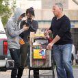 Justin Bieber et Selena Gomez, toujours bien surveillés par leur bodyguard, font leurs courses dans un supermarché de Los Angeles, le 14 janvier 2012.