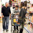 Justin Bieber et Selena Gomez font leurs courses dans un supermarché de Los Angeles, le 14 janvier 2012.